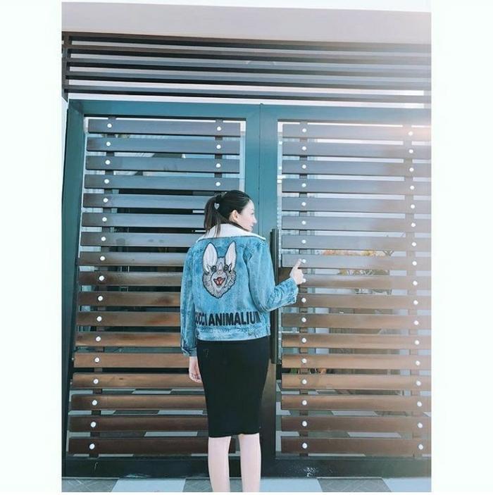 """Chân dài diện jacket denim """"ngàn đô"""" từ Gucci, kết hợp với một chiếc váy ôm để khoe """"siêu vòng ba""""."""