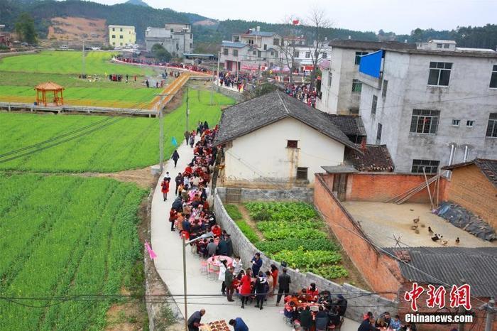 Vào ngày 21/2 vừa qua, tức mồng 6 Tết, 60 bàn tiệc được bày trên đường làng Cổ Mộc ở thành phố Liễu Châu, khu tự trị Quảng Tây, Trung Quốc.