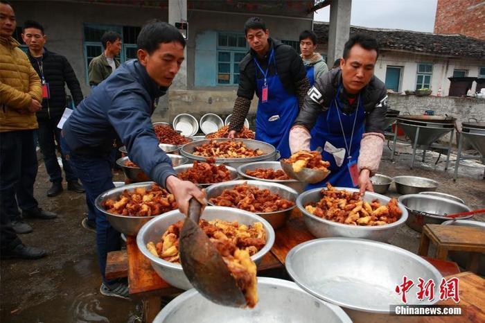 Người dân đang chuẩn bị món ăn cho đại tiệc bách gia mỗi năm một lần.