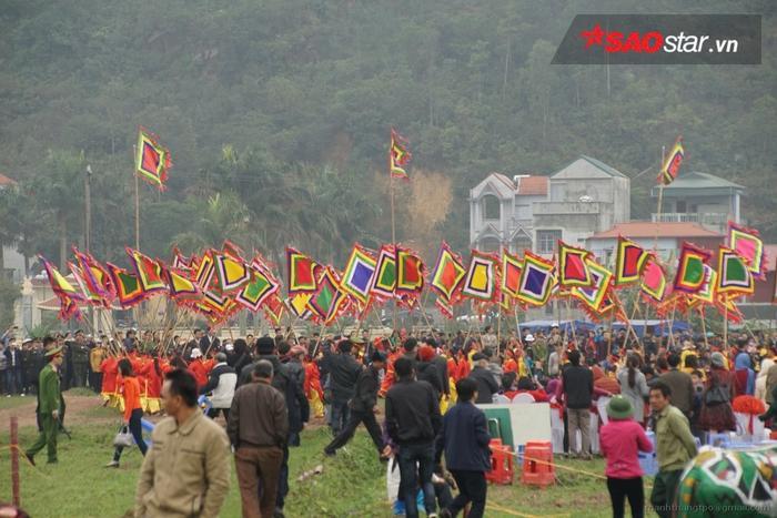 Rất đông người dự lễ hội.