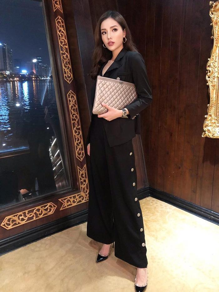 Chiếc quần loe ống siêu rộng này giúp Kỳ Duyên hoàn thiện phong cách menswear mà cô nàng đang theo đuổi.