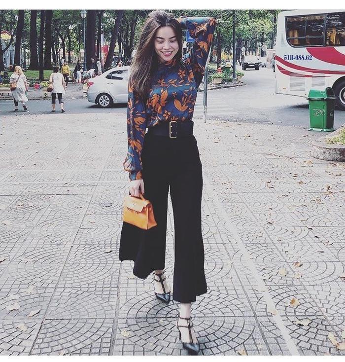 Hồ Ngọc Hà trong những bức ảnh hiếm hoi đầu năm mới đã diện một chiếc quần ống loe siêu rộng màu đen và áo sơ mi hoa điệu đà.Ở góc chụp này, chiếc quần của cô trở nên siêu rộng và cực thời thượng. Với vóc dáng siêu mẫu, Hà Hồ cực hợp với kiểu quần ống loe thế này.