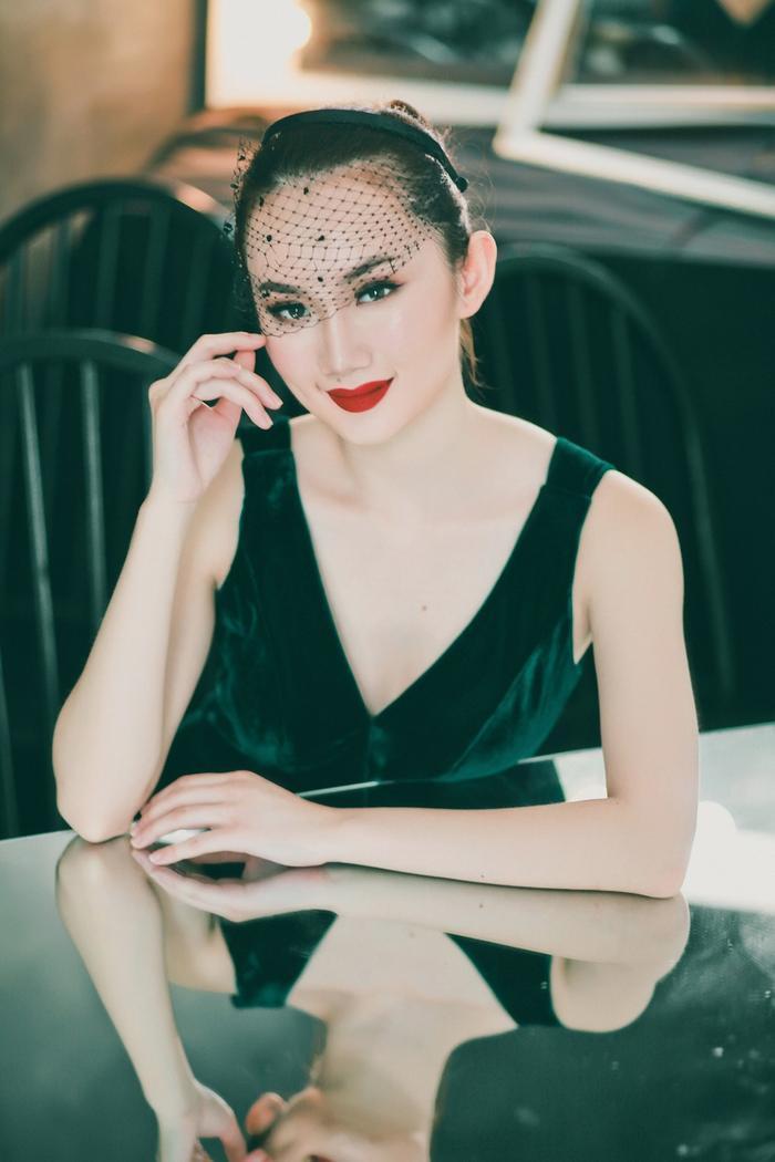 Cách make up nhấn mạnh vào đôi đôi đỏ nồng cháy khiến Mỹ An thêm phần đằm thắm.