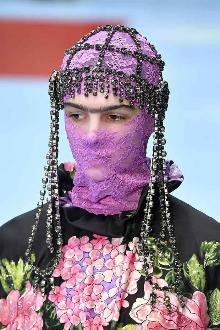 Ngoài ra còn có chiếc mạng trùm đầu được thiết kế theo phụ kiện che mặt của người Ấn Độ, đem đến vẻ ngoài ấn tượng.