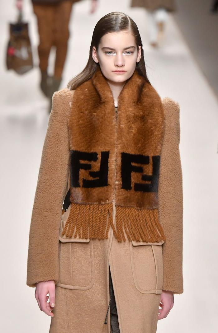 Chiếc khăn choàng tông màu đất của Fendi là một trong những món đồ sẽ khiến các tín đồ thời trang trở nên thời thượng hơn bao giờ hết ở mùa lạnh năm nay.
