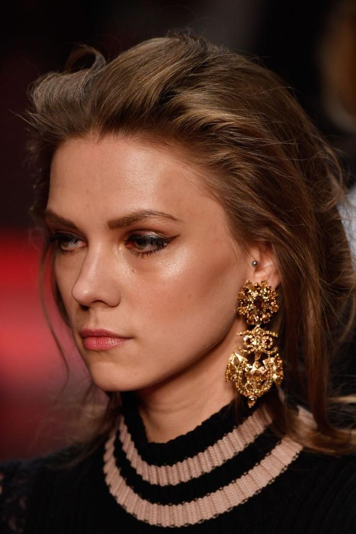 Ngoài các thiết kế trơn, pop art cá tính, nhà mốt Les Copains cũng rất biết cách chiều lòng phái đẹp khi đem đến đôi hoa tai vàng theo phong cách baroque, vương giả và xa xỉ.