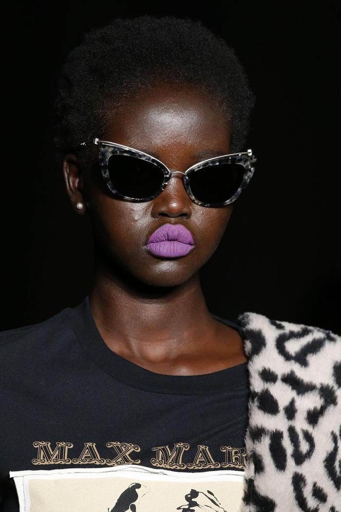 Chiếc kính mắt mèo với phần tròng tối màu này là một thiết kế của Max Mara.
