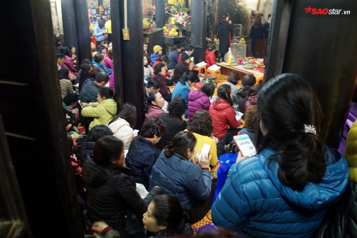 Bên trong chùa đã không còn 1 chỗ trống, ai cũng cố gắng chiếm một vị trí hướng về Tam bảo chùa Phúc Khánh để cầu bình an.