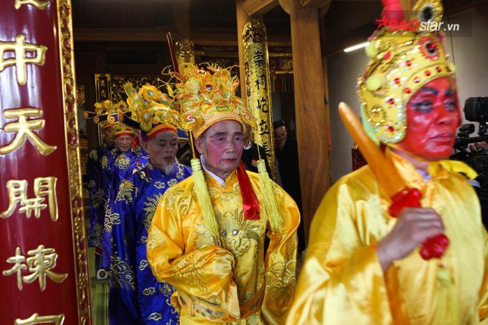 Vua chúa, quan tứ trụ triều đình vào đền làm lễ. Ảnh: Thế Việt.