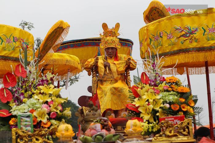 """Chuẩn bị cho nghi lễ chính thức, """"vua"""" phải làm lễ tế tại đền Thượng trong 90 phút. Ảnh: Thế Việt."""