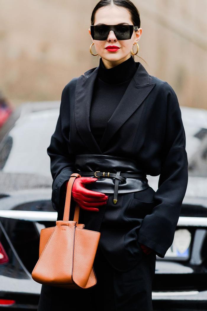 """Nếu quá mất thời gian với việc kết hợp màu sắc thì có lẽ việc diện trang phục có cùng tông màu là sự lựa chọn hoàn hảo cho cả set đồ của bạn. Không những tạo độ """"ngầu"""" nhất định cho người mặc mà việc phối phụ kiện đi cùng trang phục đơn sắc sẽ vô cùng dễ dàng."""