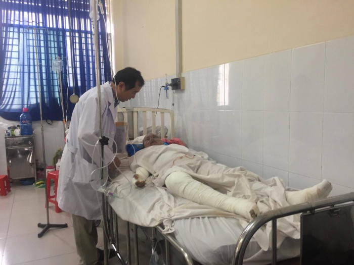Anh Phong đang được bác sĩ tích cực điều trị do bị bỏng đến 96% diện tích cơ thể.