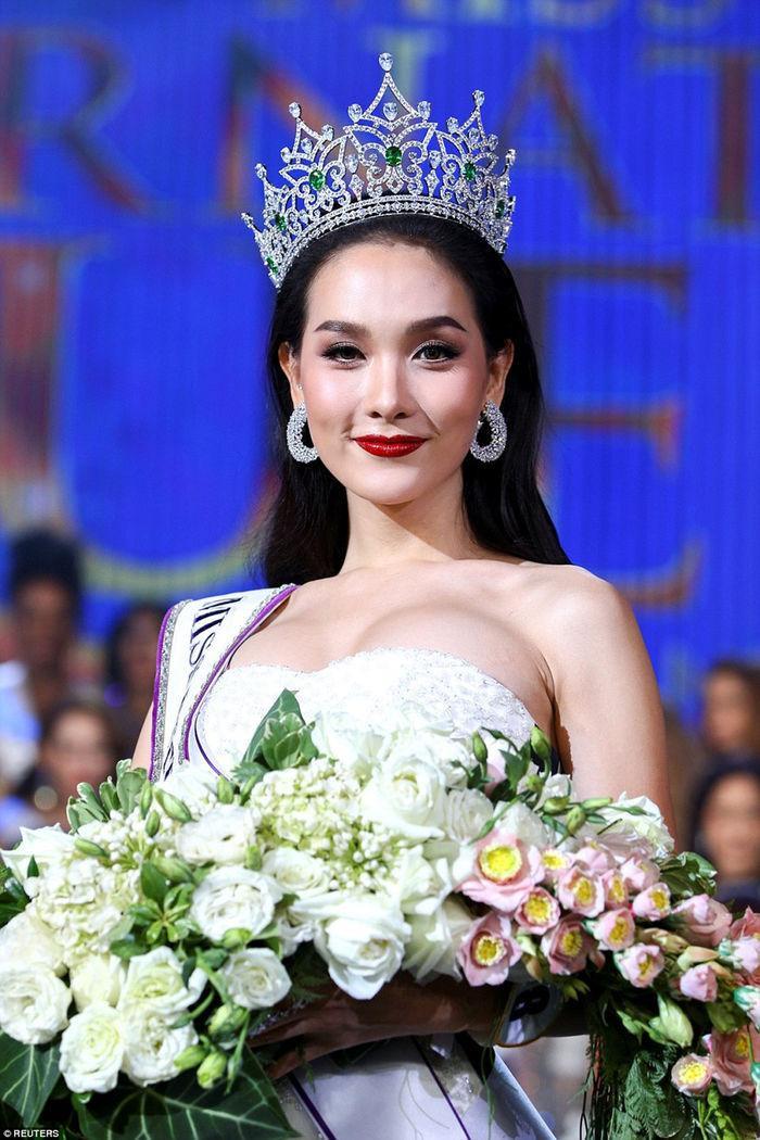 Không hổ danh là quốc gia của người chuyển giới, Thái Lan lần thứ 4 lên ngôi Miss International Queen 2016 trong sự hào hứng của người dân quốc gia này. Jiratchaya Sirimongkolnawin thật sự thu hút khi sở hữu vẻ đẹp vô cùng gợi cảm, thần thái nữ tính.