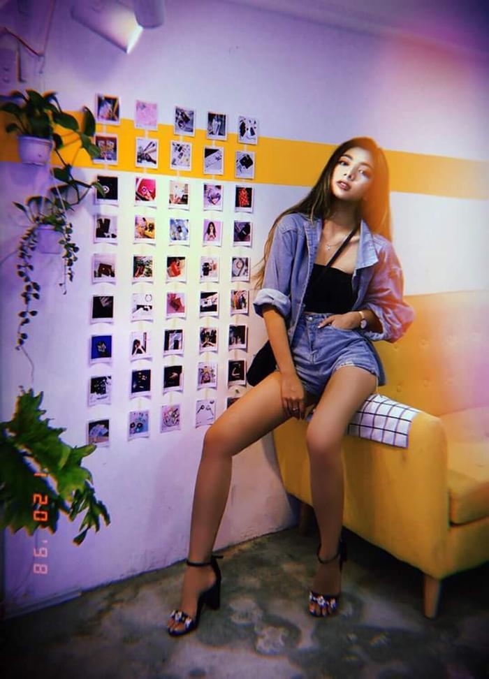 Con gái chưởng môn Nam Anh hay diện áo croptop cùng quần short cạp cao và sơ mi jeans layer, tôn lên được vóc dáng như người mẫu, cùng đôi chân dài của bản thân.