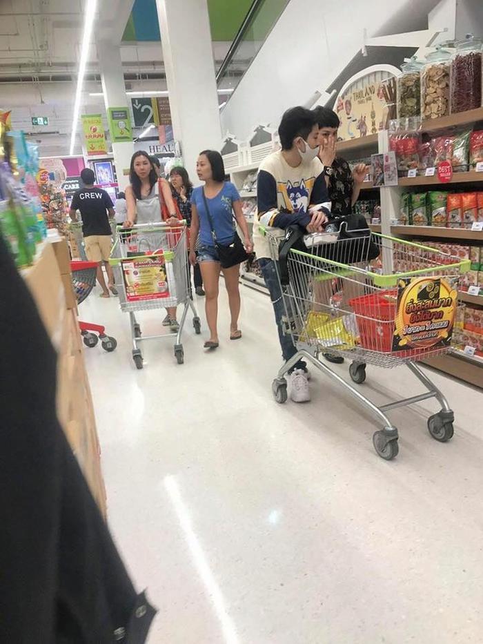 Hình ảnh Gil - Miu Lê ở siêu thị Thái Lan được fan ghi lại. Nguồn: Bí mật showbiz