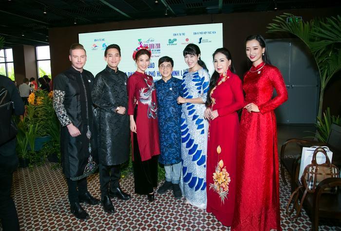 Diễm My 9X cùng Hứa Vĩ Văn diện áo dài truyền thống, tình tứ tại sự kiện