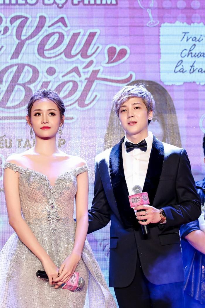 Cả 2 người liên tục có cử chỉ thân mật trên sân khấu.
