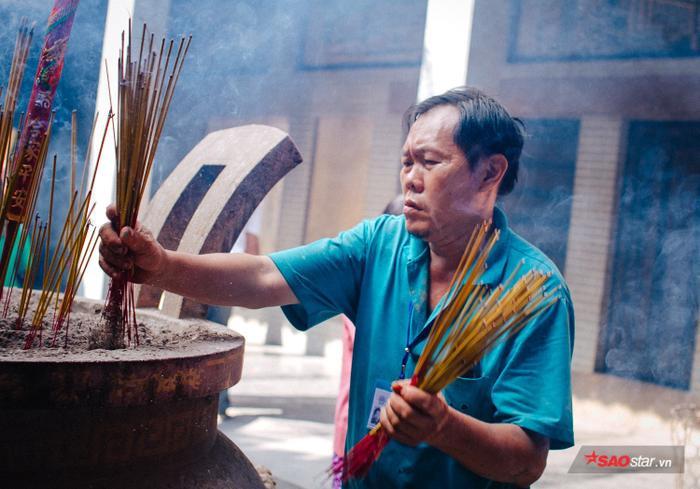 Nhân viên bảo vệ luôn túc trực sẵn sàng để giúp đỡ những khách viếng thăm chùa.