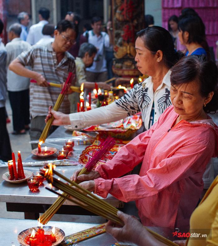 Hàng trăm người đã đổ về chùa Bàtrong một buổi sáng để cầu tự. Không khí luôn đông đúc nhưng vẫn không kém phần linh thiêng.