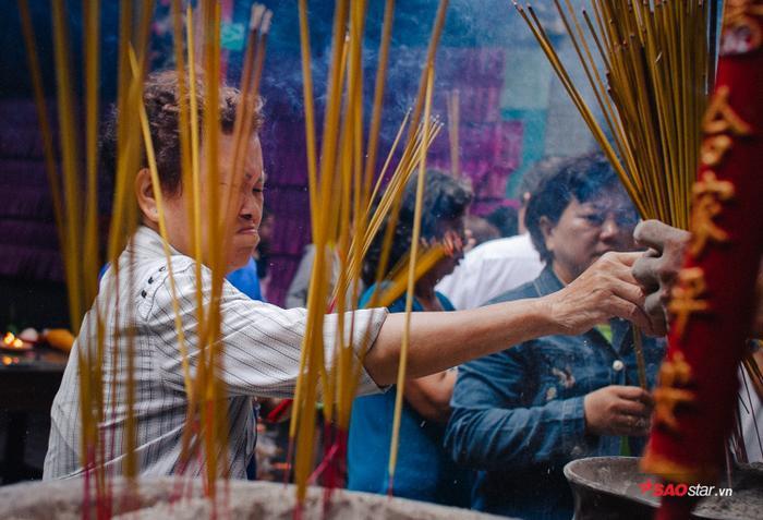 Vì lượng người đổ về đông đúc cũng như đốt nhang, vàng mã nhiều trong nắng oi bức vẫn khiến chùa trở nên ngột ngạt.