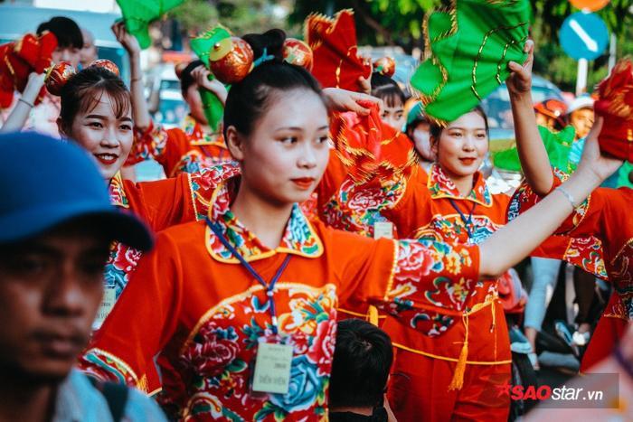 """Người Hoa đã hóa trang thành các tiên nữ, thần Tài, Ngọc Hoàng,… để diễn lại khung cảnh """"Bát Tiên giáng trần""""."""