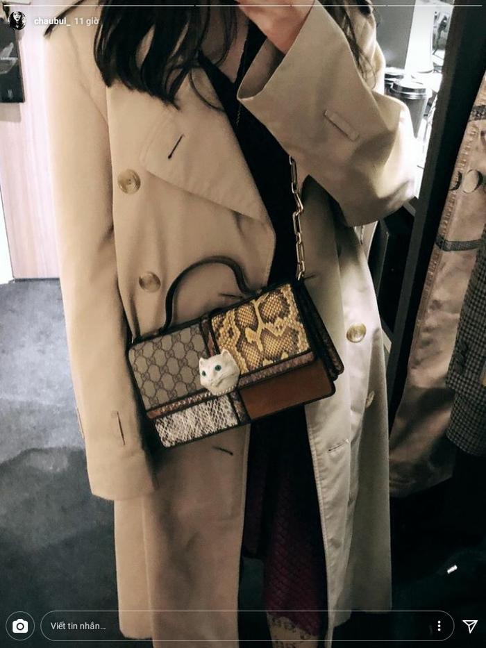 Không kém cạnh người yêu, Châu Bùi cũng nhanh chóng sắm sửa cho mình mẫu túi đeo chéo, có khóa hình đầu mèo của Gucci.