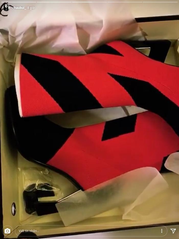 """Một """"con cưng"""" khác được Châu Bùi bổ sung cho bộ sưu tập hàng hiệu của mình là đôi boots đỏ, đen của thương hiệu United Nude."""