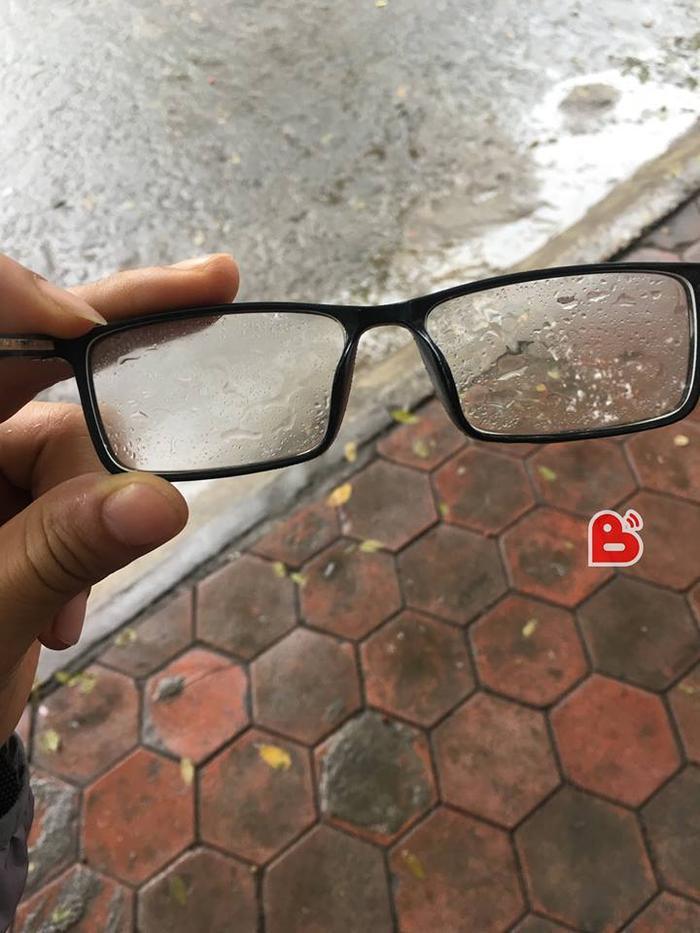 Đeo kính trong thời tiết mùa nồm là nỗi ám ảnh của nhiều bạn trẻ.