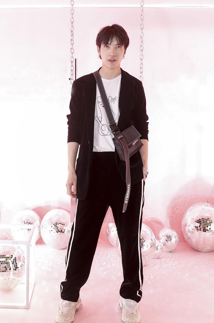 Stylist Kye Nguyễn trẻ trung với set đồ hợp xu hướng.