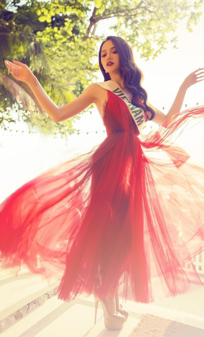 Hương Giang đẹp tựa nữ thần trong thiết kế đỏ nổi bật.