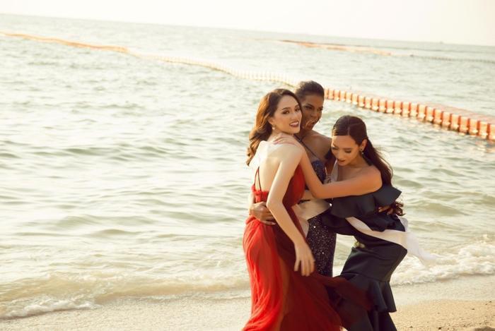 Các cô gái trở nên thân thiết sau khoảng thời gian đồng hành cùng nhau tại cuộc thi.