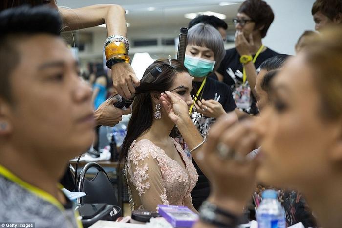 Các chuyên gia trang điểm đã góp phần không nhỏ cho mỗi màn trình diễn, cũng như cho thành công của bất cứ cô gái nào.