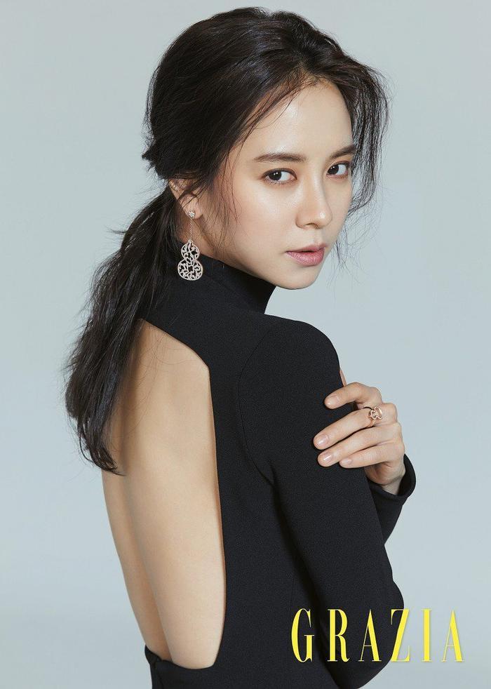 Song Ji Hyo được biết đến là nữ diễn viên, người dẫn chương trình và người mẫu của Hàn Quốc.