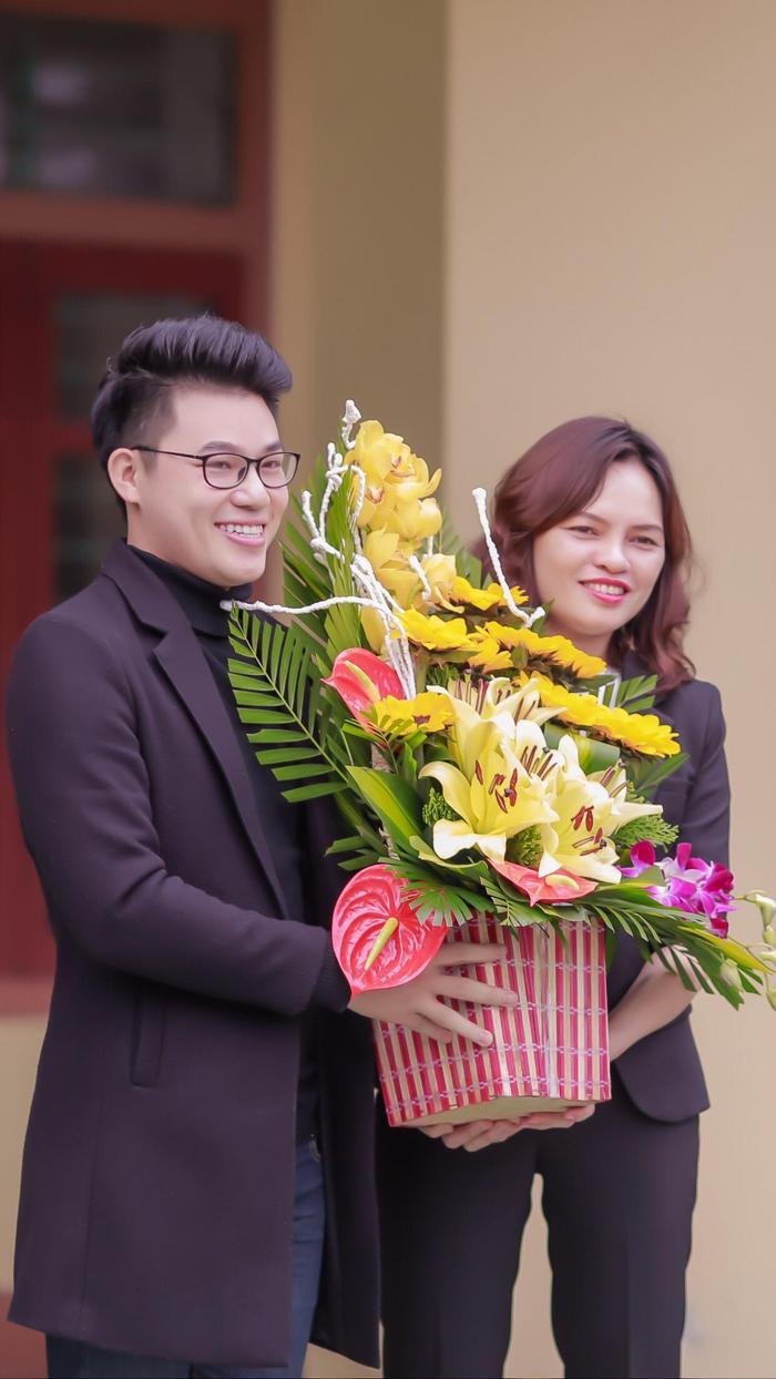 Cô Hiệu trưởng tặng hoa Duy Cường trong dịp về thăm trường.