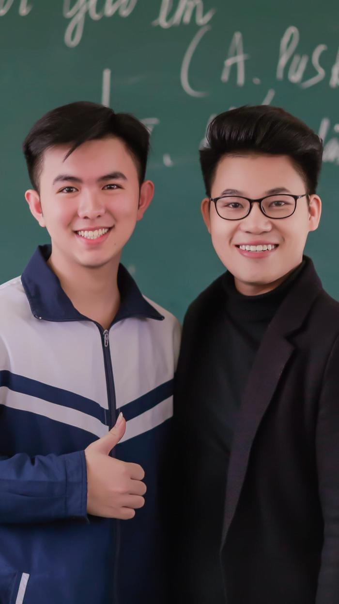 Duy Cường chụp ảnh lưu niệm cùng học sinh trường THPT Nghi Lộc 3.