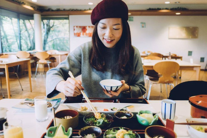 Người Nhật rất chú trọng lễ nghi và trong việc ăn uống cũng không ngoại lệ: Họ thường ăn chậm rãi, cắn từng miếng nhỏ và đựng thức ăn trong các bát đĩa nhỏ. Người Nhật rất cố gắng trong việc giữ hương vị tự nhiên của thực phẩm, vì vậy họ ít khi trang trí món ăn cầu kì và không bao giờ để đầy thức ăn trên đĩa.