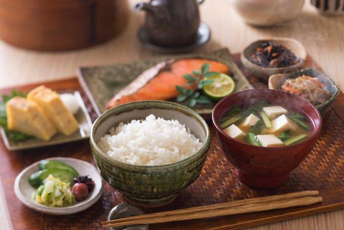 Bữa sáng là bữa ăn chính trong ngày: Trong khi chúng ta thường chú tâm nhiều hơn đến bữa trưa và bữa tối thì bữa sáng là bữa ăn quan trọng nhất trong ngày tại Nhật Bản. Đó là bữa chính với nhiều món ăn như cơm, cá, trứng ốp la, súp miso, các món ăn từ đậu nành, rau xanh, rong biển và trà. Điều này giúp người Nhật luôn có đủ nguồn năng lượng cho mọi hoạt động trong ngày mà còn không sợ béo vì ăn nhiều vào buổi tối.