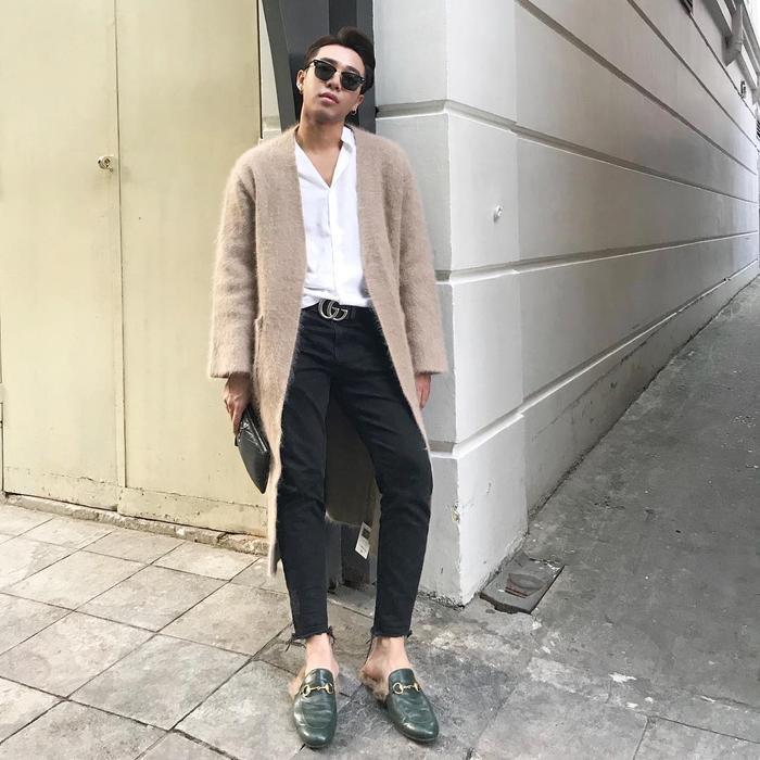 """Áo sơ mi – quần jean cũng là một sự kết hợp khá hoàn hảo trong trường hợp này. Và đôi giày tất nhiên rất """"ăn nhập"""" với trang phục."""