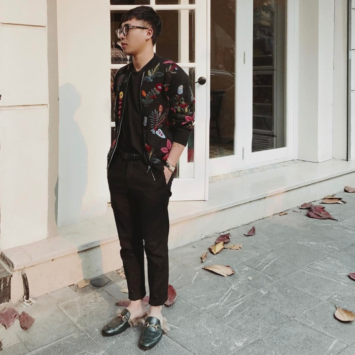 Tiếp tục là áo phông – quần kaki, vẫn lấy tông đen làm chủ đạo, Hoàng Ku tạo điểm nhấn bằng chiếc áo khoác thêu hoa nổi bật.