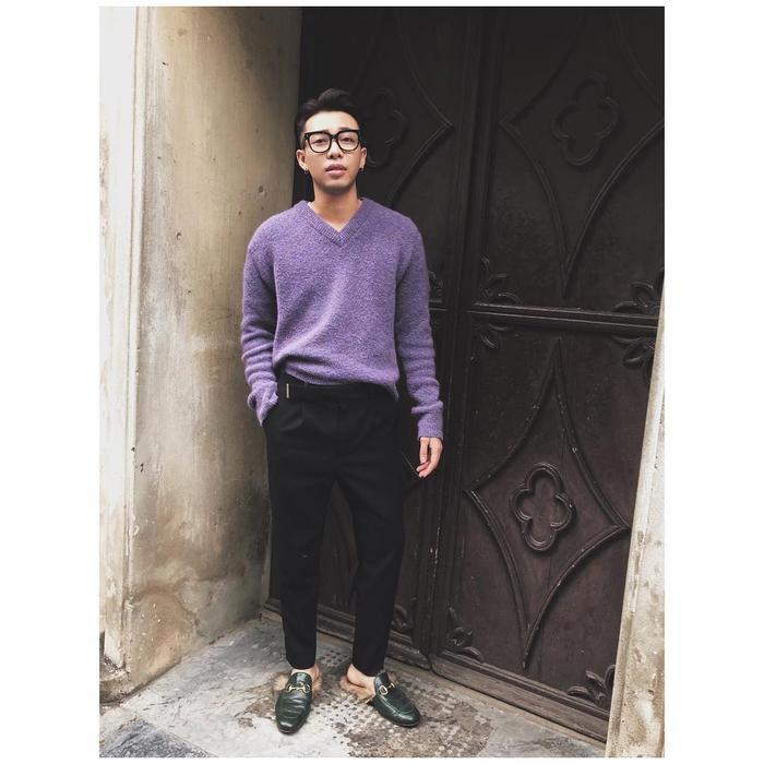 Với phần lông đính phía sau gót, đôi giày có vẻ thích hợp hơn cả với tiết trời se lạnh. Trong ảnh Hoàng Ku phối áo len màu tím cùng quần vải đen và hoàn thiện set đồ bằng đôi giày đắt đỏ này.