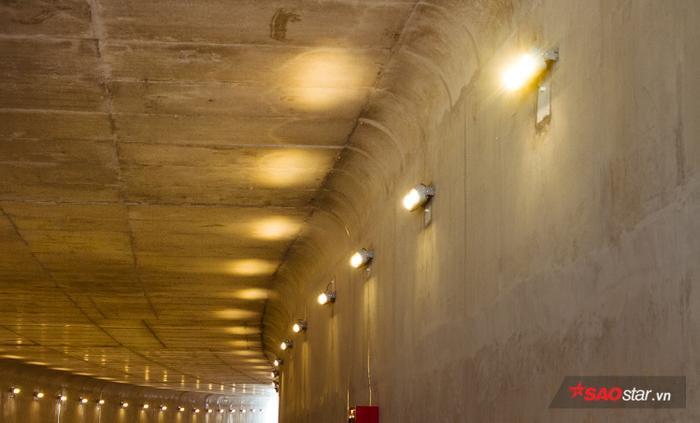Trong hầm chui cũng có tổng cộng 60 bóng đèn led, mỗi bên có 30 bóng để chiếu sáng cho xe cộ lưu thông qua hầm