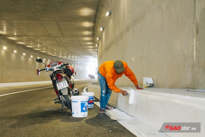 Công nhân đang tất bật sơn lại phần làn đường cuối cùng của công trình.