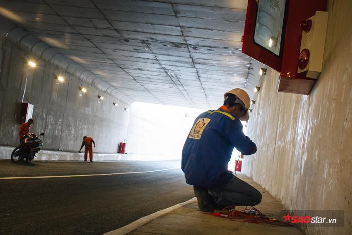Nhiều hệ thống chữa cháy được lắp đặt hai bên hầm.