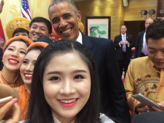 Hoàng Hậu Phương Đông (SN 1995, Hà Nội) cô bạn có cái tên lạ được biết đến từ năm 2011 dần trở thành nữ sinh tài năng biểu diễn Guitar Hawaii tại Lễ đón tiếp Tổng thống Hoa Kỳ Barack Obama.Tại đây, cô nàng còn may mắn được bắt tay với cựu Tổng thống Mỹ. Ảnh: FBNV.