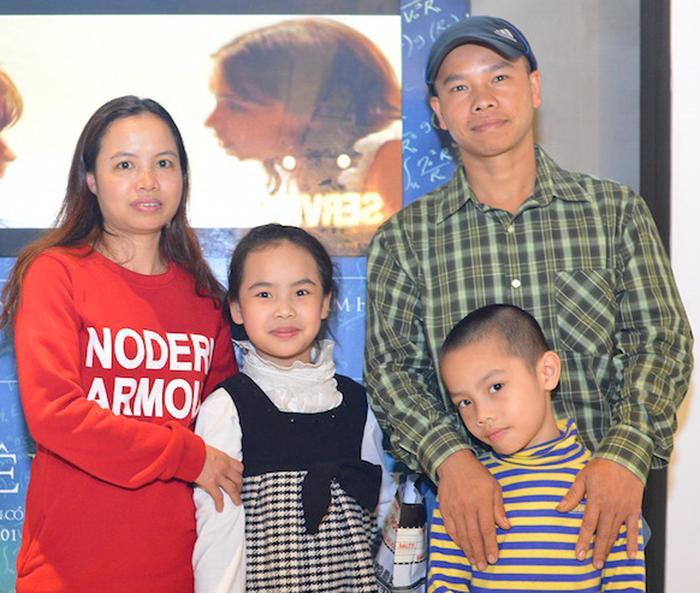 """Thu Nhàn cùng gia đình nhỏ của mình trong buổi tham dự lễ ra mắt bộ phim về cha nuôi của cô, """"The Theory of Everything""""."""