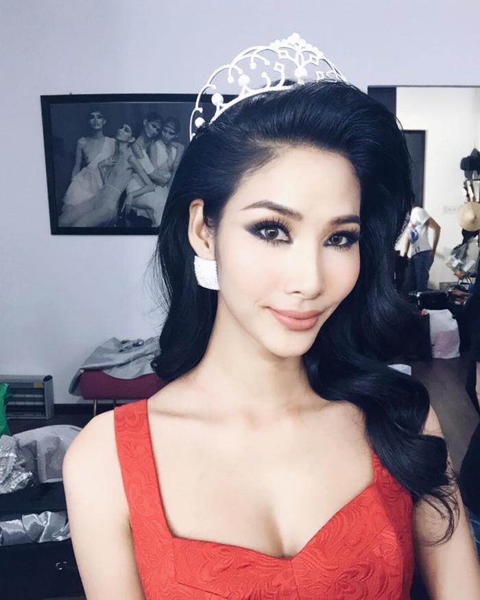 Á hậu Hoàng Thùy vô cùng thần thái và xinh đẹp trong mái tóc xoăn bồng bềnh.