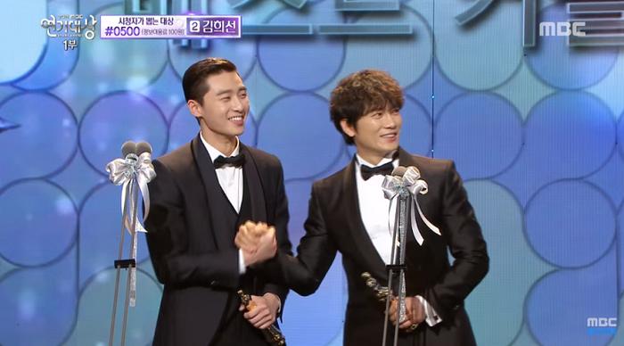 Park Seo Joon và Ji Sung lên nhận giải.