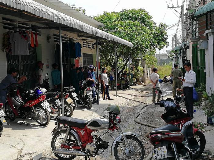 Người dân tập trung xung quanh khu vực xảy ra vụ việc.
