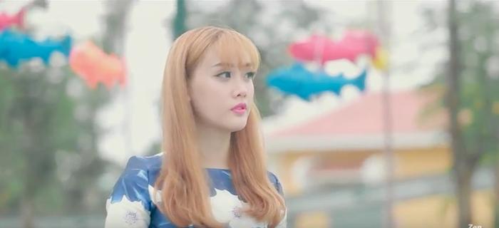 Một hình ảnh đằm thắm, nữ tính của cô nàng gốc Đà Nẵng trong MV cover Âm thầm bên em.