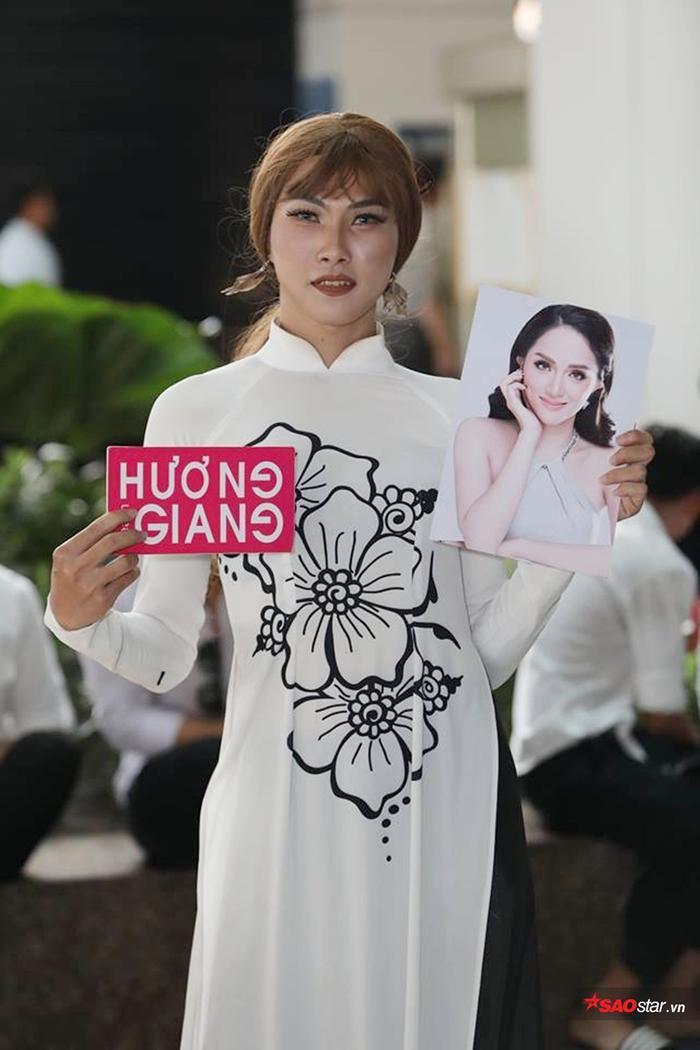 Bạn Duy Khánh, thành viên fanclub hoa hậu Hương Giang.